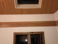 Pose d'une fenêtre de toit Velux au plafond chez un particulier