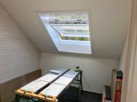 Pose d'une fenêtre de toit Velux en sous-pente chez un particulier