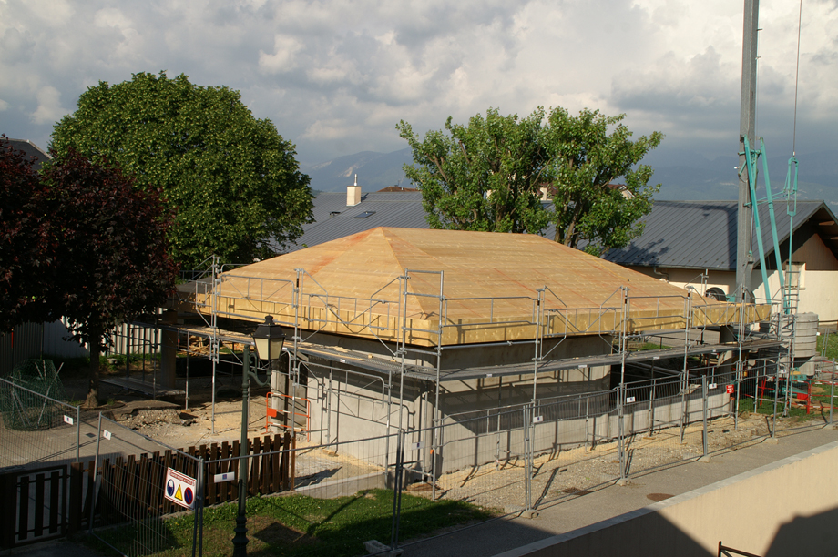 Construction de la charpente d'un préau pour l'école maternelle de la mairie d'Epagny